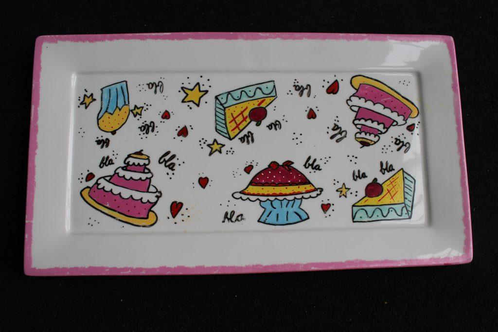 Handgeschilderd bord met taartjes