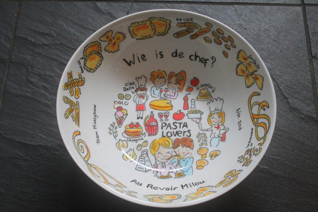 handbeschilderde kom voor pasta