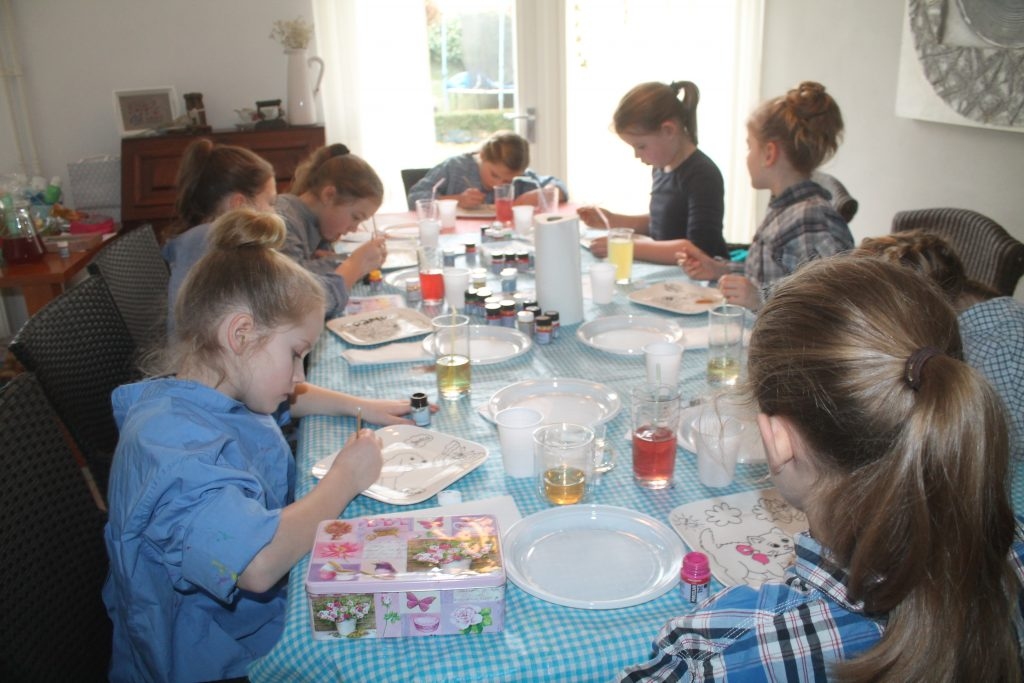 Kinderfeest workshop servies beschilderen