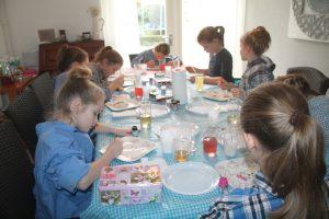 Kinderfeest workshop servies beschilderen