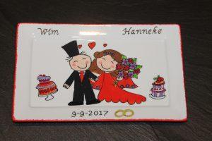 Handgeschilderd bord van huwelijk met rode jurk